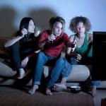 femmes saoules regardant le téléviseur